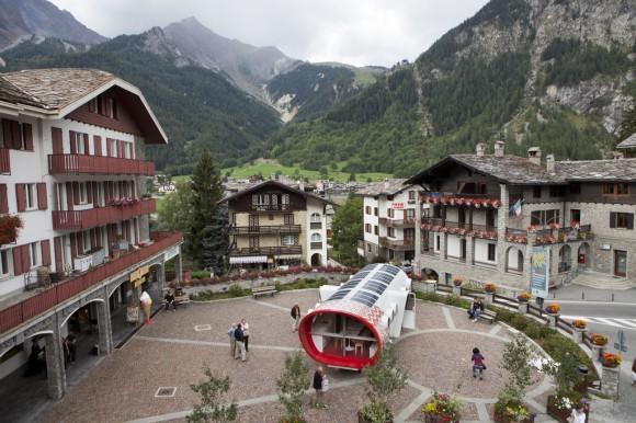 Alpská chata Gervasutti, která momentálně trůní na nejvyšší hoře Evropy Mt. Blanc v italských Alpách. Foto. LEAPFactory