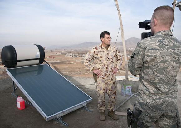 Nejen armáda se chystá využívat solární energii ve velkém. V horách v okolí Kábulu působí australská armáda, která místnímu sirotčinci nainstalovala zařízení na solární ohřev vody darované spol. Conergy. Na obrázku major Mark Wannacott. foto: Flickr/Isafmedia