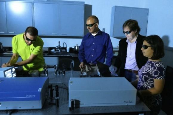 Výzkumní fyzici Domenico de Ceglia, Neset Akozbek, Dr. Michael Scalora and Maria Antonietta Vincenti, autoři projektu supertenkých solárních článků. foto: army.mil