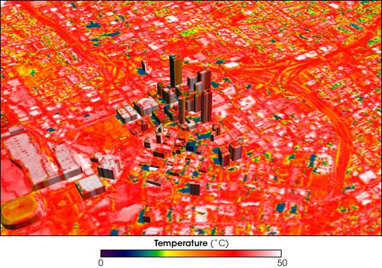 Tmavé střechy pohlcují přes den více tepla, které pak v noci emitují ven do prostoru. Zdroj: earthobservatory.com