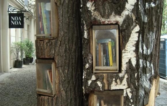 Nejmenší, ale možná nejzajímavější knihovna v Berlíně se nachází na adrese Sredzkistraße 48 Ecke Kollwitzstraße, 10435 Berlin. Kdokoliv může přijít a vypůjčit si knihu, případně dát do stromu vlastní, foto: ApoloniaX, flickr