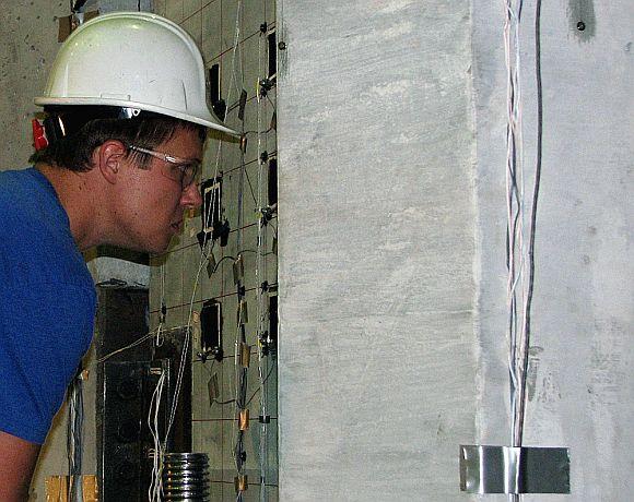 Grant Schmitz studuje betonové díly vystavené obrovském tlaku, foto: Iowa State University