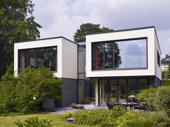 Privátní dům u jezera Plauer See od berlínské architektonické kanceláře wolff:architekten. Projekt rodinného domu vychází zpožadavku klienta prostory co nejvíce otevřít směrem kjezeru. Nerušený výhled zprostředkovávají úzké okenní a fasádní profily Schüco. foto: Schüco International KG