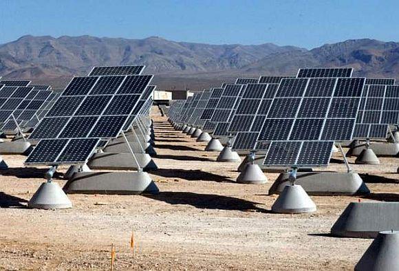 Americká armáda sazí na obnovitelné zdroje. Zde solární elektrárna na letecké základně Nellis Air Force Base US Air Force