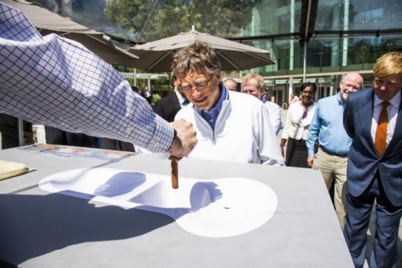 Bill Gates zkoumá výsledek práce jednoho z týmů na seattleské verzi přehlídky Reinvent the Toilet.