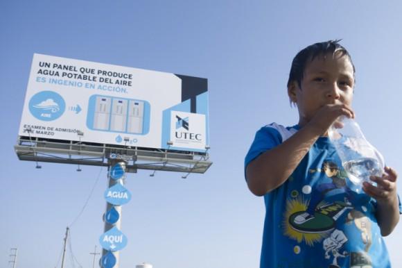 Billboard nedaleko Limy, hlavního města Peru, dokáže vyrábět pitnou vodu. foto: MAYO-DRAFT FCB/UTEC