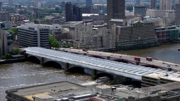 Londýn - železniční most Blackfriars, který poslouží také jako solární elektrárna
