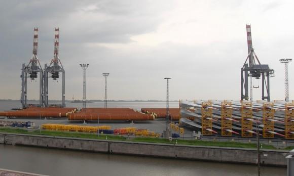 Klidně až 65 metrů dlouhé lopatky pro rotory pobřežních větrných turbín čekají na naložení. foto: archiv autora