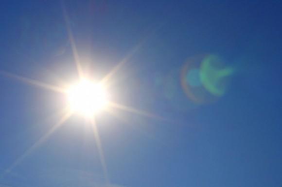 Fotokatalytické nátěry a jiné aplikace fotokatalytických látek dokážou za pomoci slunečního záření odstraňovat znečištění z ovzduší. foto: photos-public-domain.com