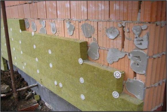 Důsledky tzv. lepení na buchty bez rámečku - jeden z nesprávných postupů při zateplování domu, foto: Knauf Insulation