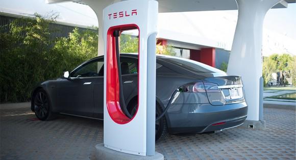 Elektromobil Tesla Model S u rychlonabíjecí stanice Tesla Supercharger. foto: Tesla Motors