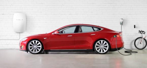 Domácí baterie Tesla Powerwall představuje ideální kombinaci s elektromobilem - třeba právě Tesla Model S jako na obrázku - a domácí solární elektrárnou. foto: Tesla Motors