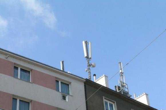 Zdroje elektromagnetického záření na obytných budovách. foto: Profibaustoffe CZ