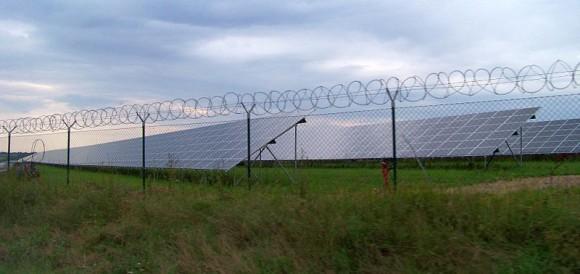Nová Ves-Vepřek, okres Mělník. Fotovoltaická elektrárna, pohled ze silnice I/16. foto: ŠJů, licence  Creative Commons Uveďte autora-Zachovejte licenci 3.0 Unported