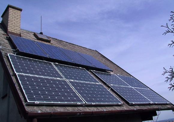 Fotovoltaické panely na střeše trvale obyvatelné chaty. Autor: ekobydleni.eu