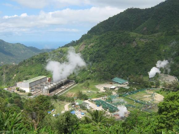 """Geotermální zařízení v Chile. Tektonicky """"živé"""" území nabízí široké pole možností pro uplatnění tohoto zdroje energie. Zdroj: Mike Gonzalez, licence  Creative Commons Attribution-Share Alike 3.0 Unported"""