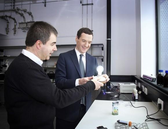 Sir Kostya Novoselov (vlevo), jeden z objevitelů grafenu, a kancléř George Osborne s grafenovou žárovkou. foto: University of Manchester