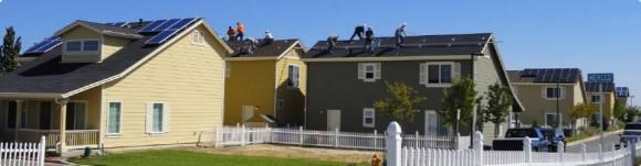 Dobrovolníci instalují solární panely na domy rodin s nižšími příjmy. foto: GRID Alternatives