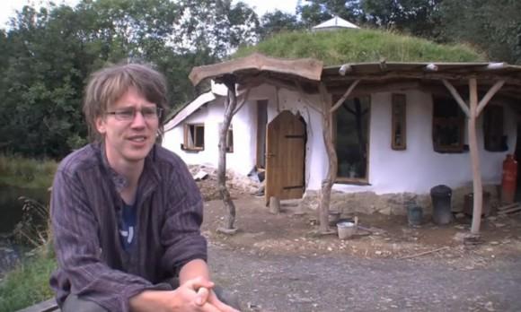 Charlie s Megan postavili tenhle dům za bez větších nákladů za pár týdnů. Teď jej musejí na vlastní náklady zbourat. foto: http://naturalhomes.org