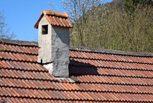 Střecha domu je klíčová pro jeho efektivní energetické fungování. foto: Antranias, licence public domain