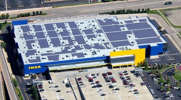 Obchodní dům IKEA v americkém státě Minnesota - střecha je pokryta obrovskou solární elektrárnou. foto: IKEA