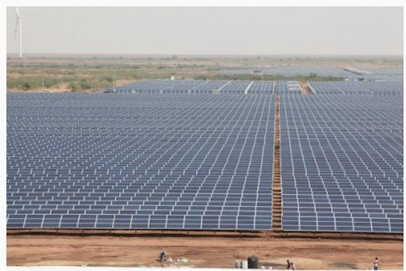 Indický stát Gudžarát je údajně v oblasti výstavby solárních elektráren velmi přísný a striktně si hlídá dodržování všech lhůt a předpisů. Už dnes prý plánuje dva další podobné projekty jako je tato 600MW solární elektrárna, největší fotovoltaika na světě. foto: stát Gudžarát