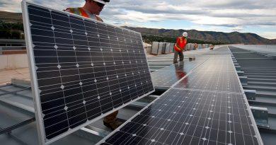 Instalace střešní solární elektrárny, foto: Skeeze, licence public domain