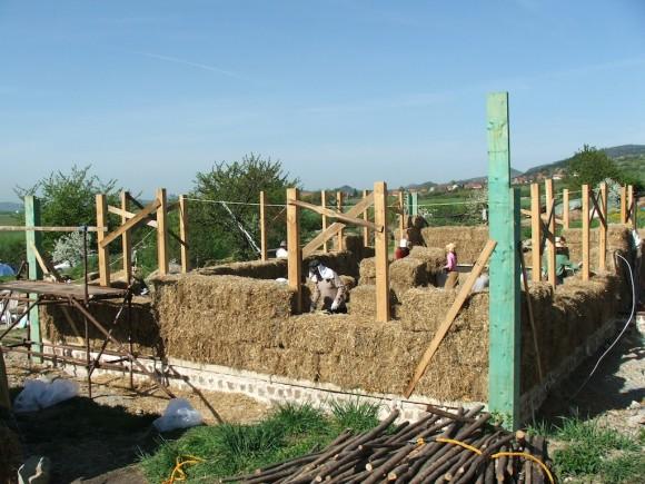 Nový rodinný dům má betonové základ a jednoduchý dřevěný skelet - zbytek jsou slaměné balíky, foto: Ekologické bydlení