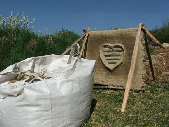 Souběžně se stavbou domu probíhalo míchání hliněné omítky pro pozdější omítání domu, foto: Ekologické bydlení
