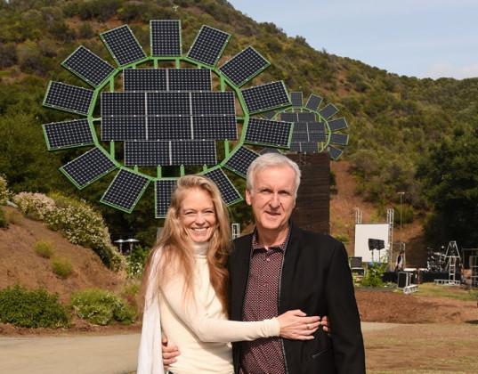 James Cameron, slavný filmový režisér a autor hitů jako Avatar nebo Titanic, se svou ženou a výtvorem - solární květinou - v pozadí. foto: MUSE