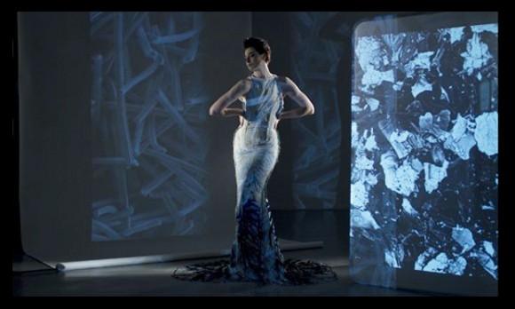 Katalitické šaty z dílny módní návrhářky Helen Storey, foto: Adam Mufti