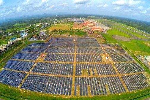 Solární elektrárna o výkonu 12 MW u mezinárodního letiště v indickém Kochi. foto: KIA