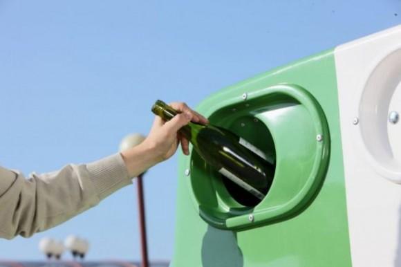 Kontejner na sklo. Sklo se díky vysokému procentu recyklace stává de-facto donekonečna využívatelnou surovinou, foto: www.jaktridit.cz