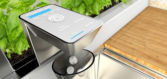 Chytrý kohoutek z konceptu GE Home 2025 vodu nejen filtruje, ale umí jí i sytit či obohatit vitamíny, vydává led a připraví i řadu různých nápojů. Stačí přiložit prst na kohoutek a zabudovaný senzor vám okamžitě změří míru hydratace. foto: GE