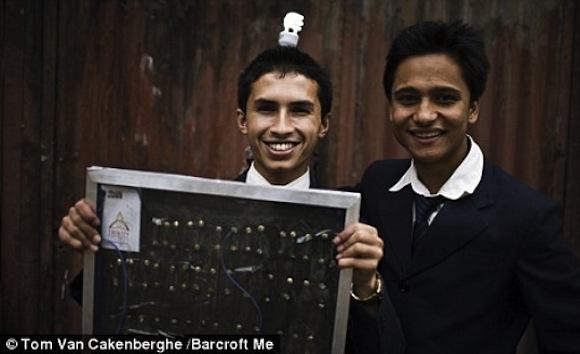 """""""Milan Karki má důvod k úsměvu. Základní materiál pro výrobu solárních panelů si každý nosí s sebou."""" Zdroj: DailyMail.co.uk, foto: (c) Tom Van Cakenberghe/Barcroft Me"""