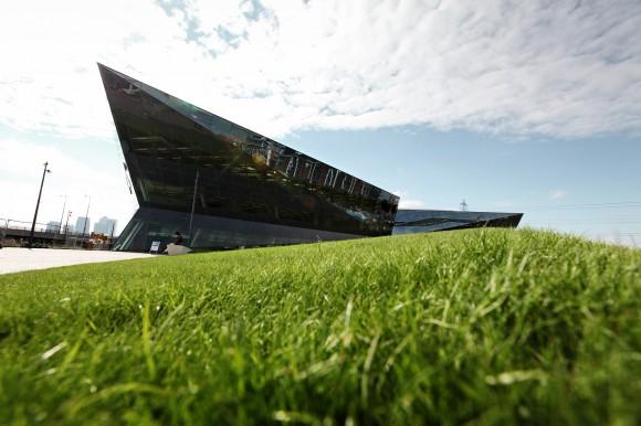 """Zdání klame. I přes futuristický vzhled a tmavou barvu je Crystal jednou z """"nejzelenějších"""" budov na světě. Budova je navržena s ohledem na efektivní provoz, v úvahu se však brala i výstavba objektu a jeho případná demontáž. Tvůrci se u všech prvků snažili minimalizovat množství použitého materiálu, velká část budovy je navíc recyklovatelná. foto: Siemens"""