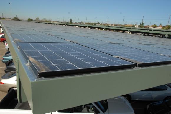 East Los Angeles College, přední vzdělávací instituce v Los Angeles, kterou každý rok projde na 188 000 studentů, přesně v Den země, 22. dubna 2008, slavnostně spustila velkou střešní solární elektrárnu skládající se z 5952 solárních panelů. Foto: Glenn Marzano