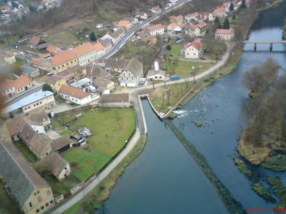 Celkový pohled na malou vodní elektrárnu Vranov - náhon, samotná elektrárna i odpadní kanál. foto: E.ON