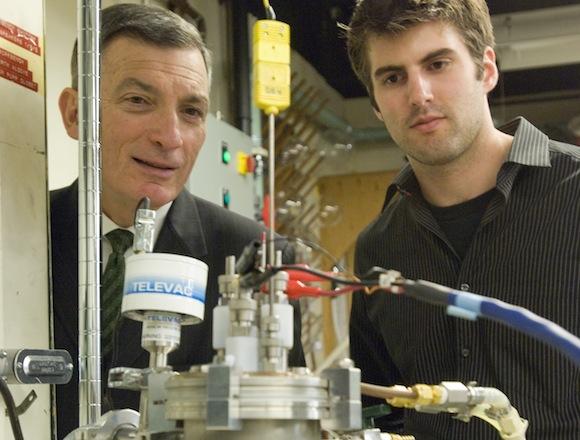 Testovací prototyp tekuté baterie MIT, na obrázku prof. Donald Sadoway a David Bradwell , foto: Patrick Gillooly