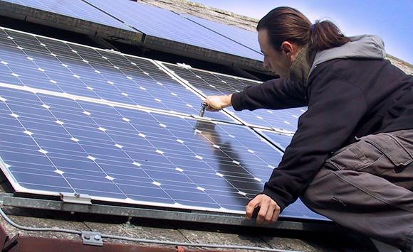 Filip Procházka se svými solárními panely. Autor: ekobydleni.eu