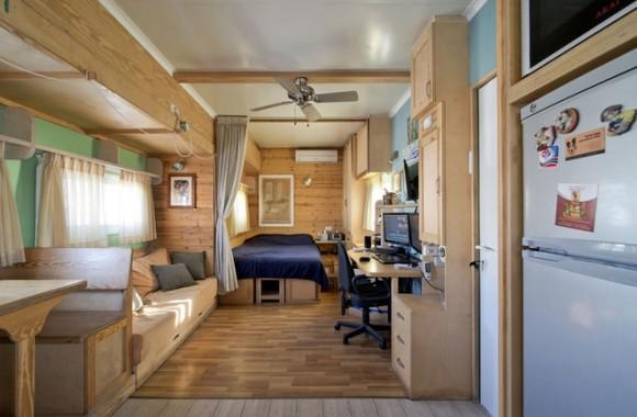 Dřevěné obložení stěn dodává celému bydlení příjemnou hřejivou atmosféru. Zdroj: TreeHugger/Ilan Nachum