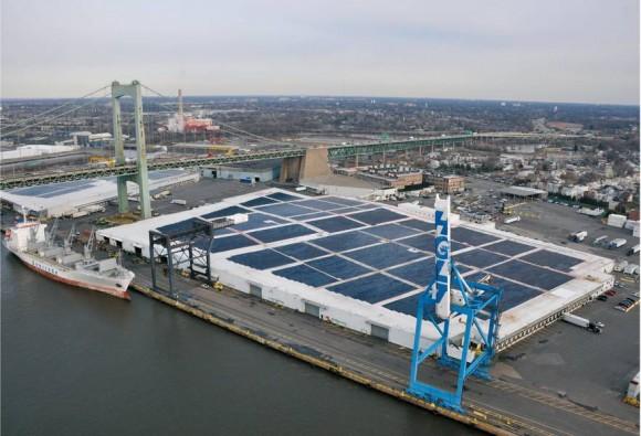 Gloucester Marine Terminal, přístavní skladiště v New Jersey, USA, se může pochlubit největší střešní solární elektrárnou ve Spojených státech, foto: Independence Solar