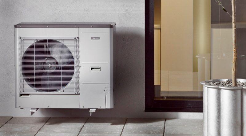 Vnější jednotka tepelného čerpadla vzduch-voda v systému Nibe Split