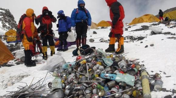 """""""Mount Everest navštíví ročně stovky horolezců. Teď budou muset cesotu dolů sbírat odpadky."""" foto: (c) freejunkremovalquotes.com"""