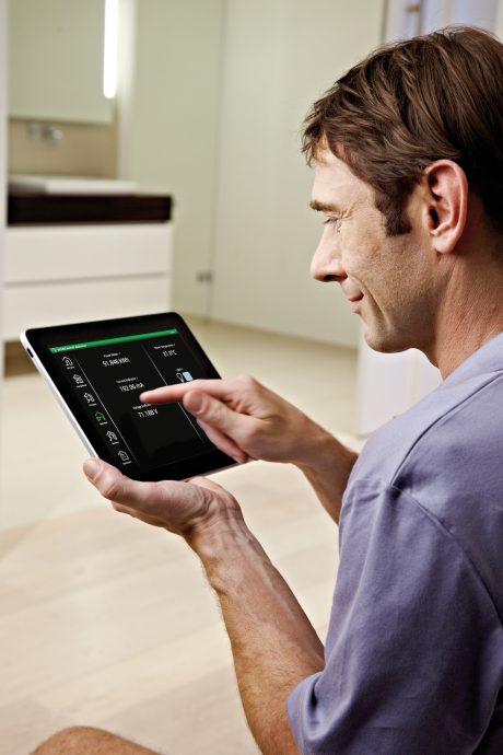 Ovládání systému inteligentního domu. foto: Schneider Electric