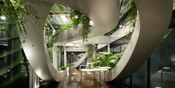 Přirozeným světlem ozářený prostor se stinnými lamelami koridorů, a především všudypřítomná bujná vegetace. Zdroj: sadarvuga.com