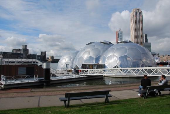 Plovoucí pavilon je  objektem, který by mohl pro Rotterdam představovat novou cestu rozvoje města v příštích desetiletích. foto: Jacobine Das Gupta, licence Creative Commons