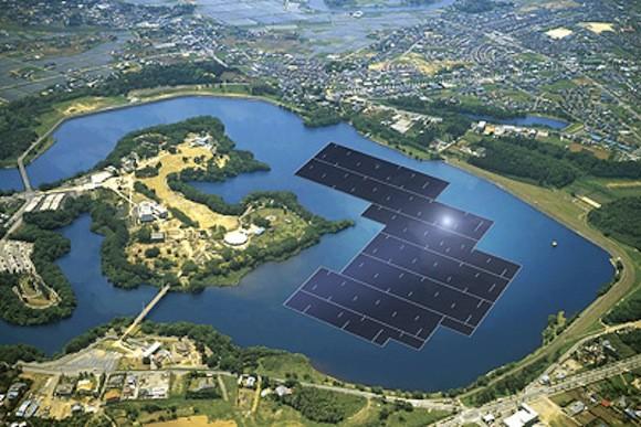 V Japonsku již funguje několik plovoucích solárních elektráren. Na začátku letošního roku byly zahájeny práce na výstavbě největší plovoucí elektrárně na světě. Ta se bude nacházet napřehradě Yamakura, jihozápadně od Tokia, a bude mít více než 50 000 solárních panelů, které pokryjí plochu 180 000 čtverečních metrů, a výkon 13,7 megawattu. Elektrárna by měla být vprovozu na jaře 2018. (Zdroj foto: KYOCERA)