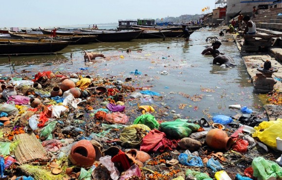 Půda, vzduch i voda v průmyslových oblastech rozvojový zemí je zcela otrávená. foto: relativityonline.com
