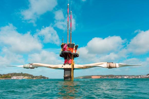 Oba rotory stávající turbíny Seagen jsou navzdory své velikosti (průměr otáčení je 16 metrů) značně pohyblivé a zároveň jsou schopny rotace vrozsahu 180°, díky čemuž může turbína vyrábět energii během přílivu i odlivu. Pro snazší údržbu lze zařízení vytáhnout nad hladinu. foto: Siemens